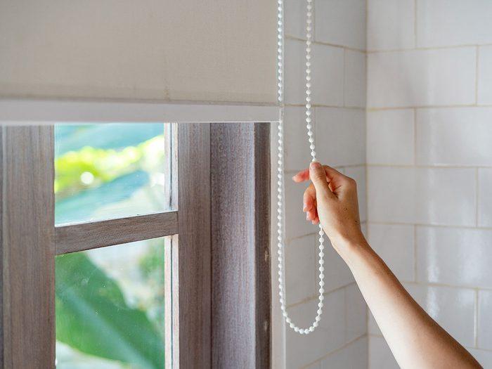 Garder la maison fraîche pour réduire sa consommation d'électricité en été.