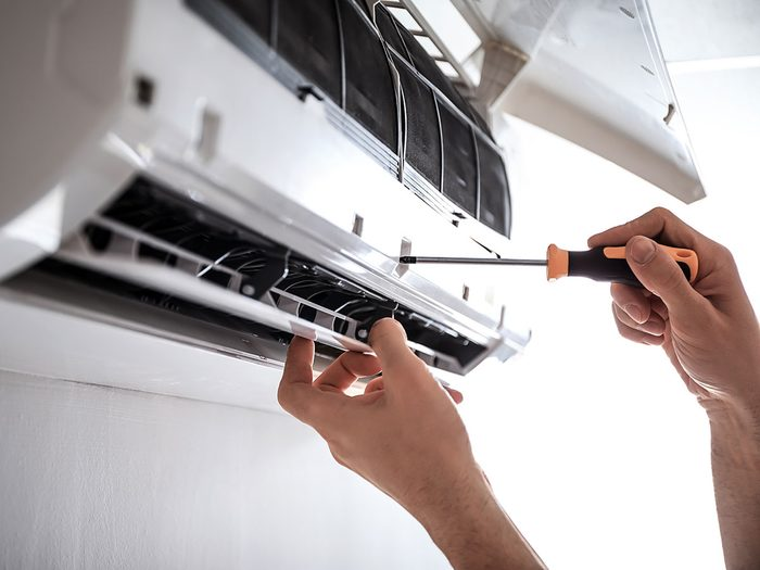 Entretenir son appareil de climatisation pour réduire sa consommation d'électricité en été.