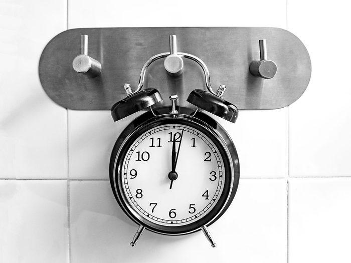 Ménager son temps sous la douche pour réduire sa consommation d'électricité en été.