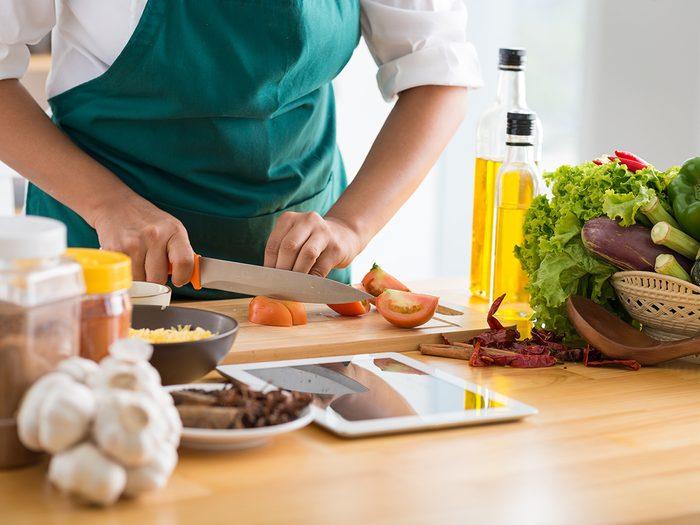 Prendre le temps de cuisiner pour éviter le gaspillage alimentaire.