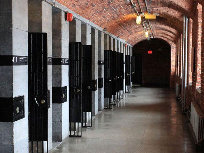 Passez la nuit dans un hôtel insolite pour dormir en prison.