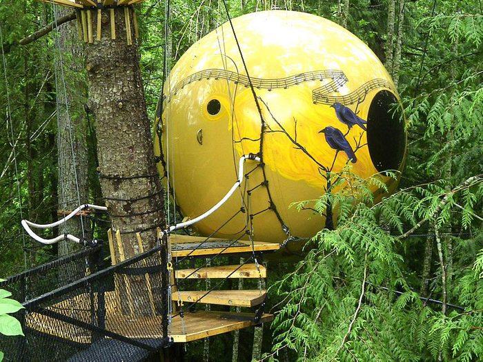 Passez la nuit dans un hôtel insolite en choisissant cette sphère en bois.