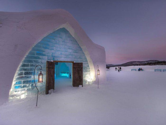 Passez la nuit dans un hôtel insolite de glace à Québec.