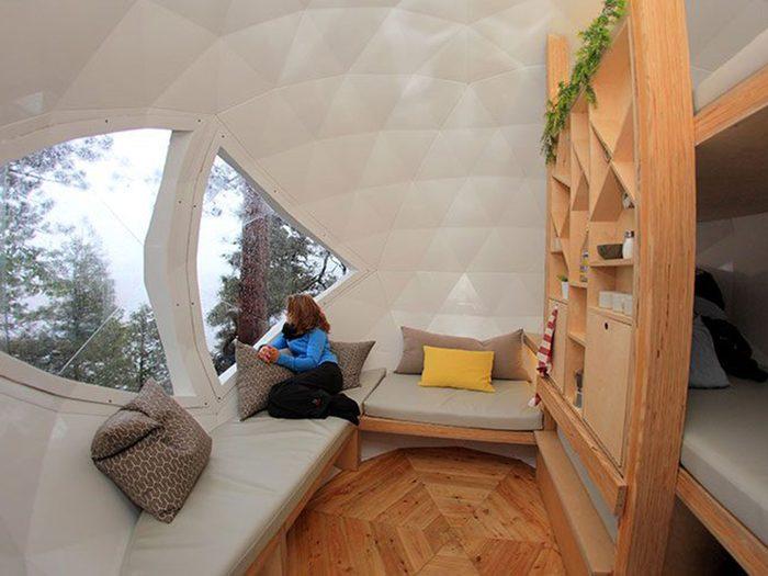 Passez la nuit dans un hôtel insolite en choisissant cette sphère suspendue.