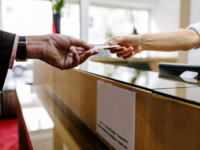 «Devons-nous payer les frais de séjour?» est l'une des questions à ne jamais poser au personnel de l'hôtel.