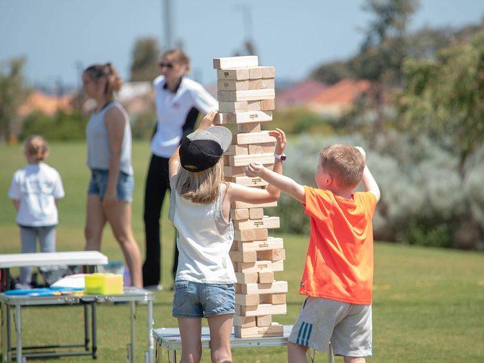 Le Jenga géant fait partie des meilleurs jeux de plein air pour divertir les enfants tout l'été.