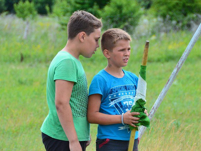 Le jeu du drapeau fait partie des meilleurs jeux de plein air pour divertir les enfants tout l'été.