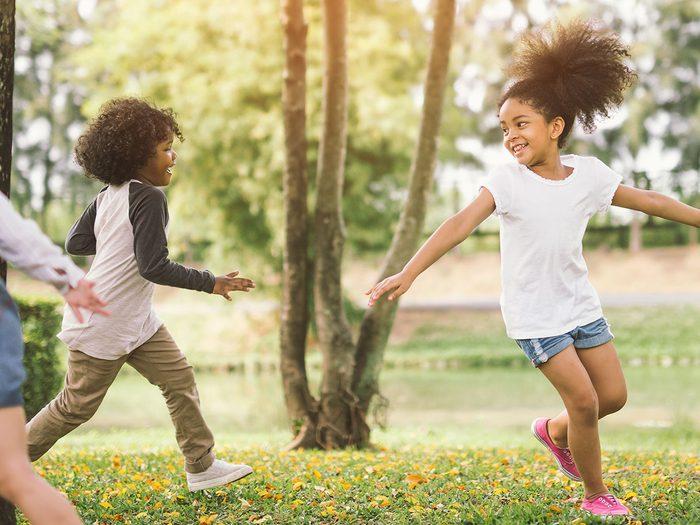 Maman, est-ce que je peux? fait partie des meilleurs jeux de plein air pour divertir les enfants tout l'été.