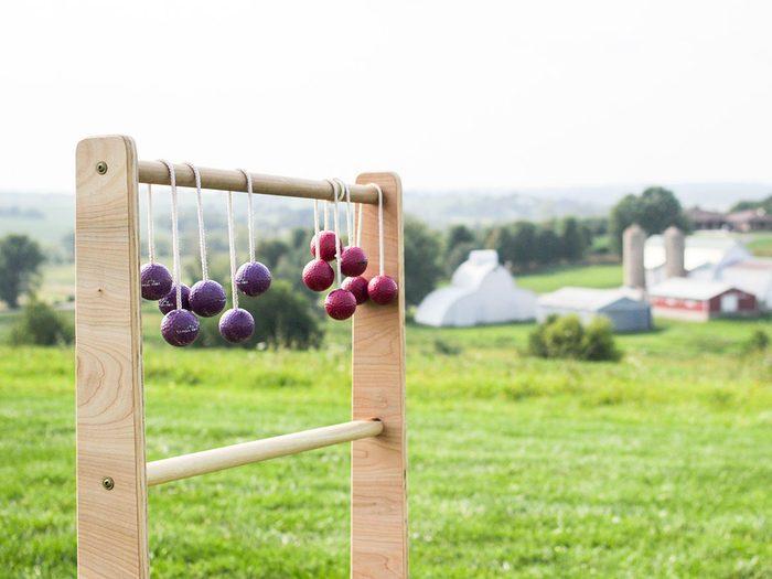 Le jeu de balles à l'échelle fait partie des meilleurs jeux de plein air pour divertir les enfants tout l'été.