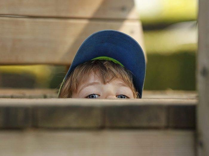 La chasse aux fantômes du cimetière fait partie des meilleurs jeux de plein air pour divertir les enfants tout l'été.