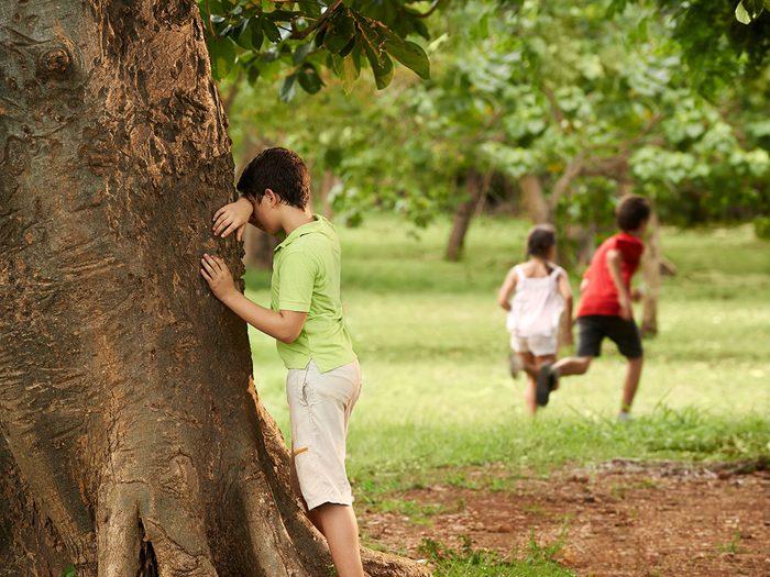 Comme des sardines fait partie des meilleurs jeux de plein air pour divertir les enfants tout l'été.