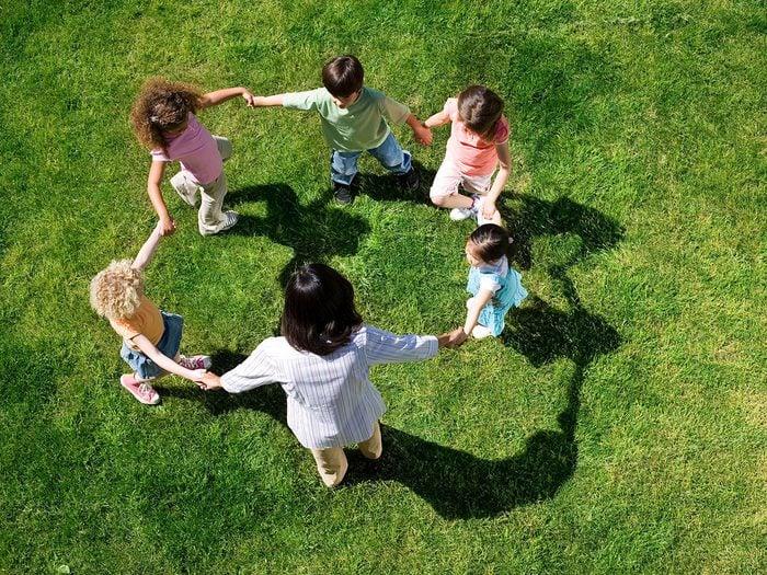 Feu rouge, feu vert fait partie des meilleurs jeux de plein air pour divertir les enfants tout l'été.