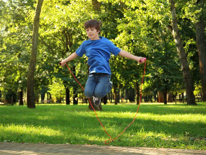 Le saut à la corde avec imitation fait partie des meilleurs jeux de plein air pour divertir les enfants tout l'été.