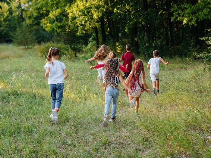 Le jeu Requins et ménés fait partie des meilleurs jeux de plein air pour divertir les enfants tout l'été.