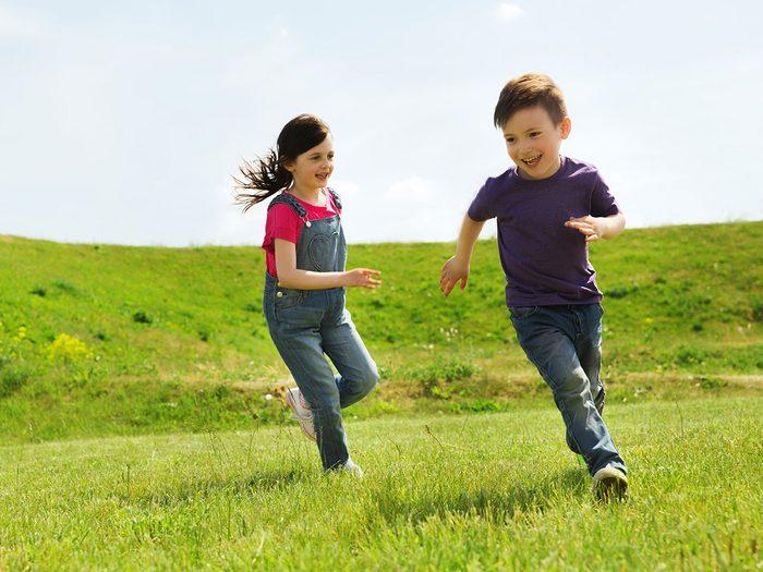 Les meilleurs jeux classiques de plein air pour divertir les enfants tout l'été.