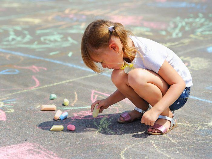 Conter l'histoire à la craie fait partie des meilleurs jeux de plein air pour divertir les enfants tout l'été.