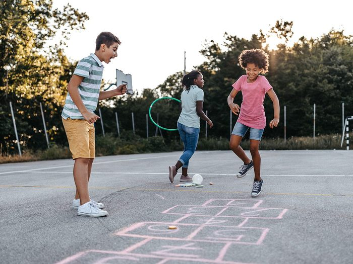 La marelle fait partie des meilleurs jeux de plein air pour divertir les enfants tout l'été.