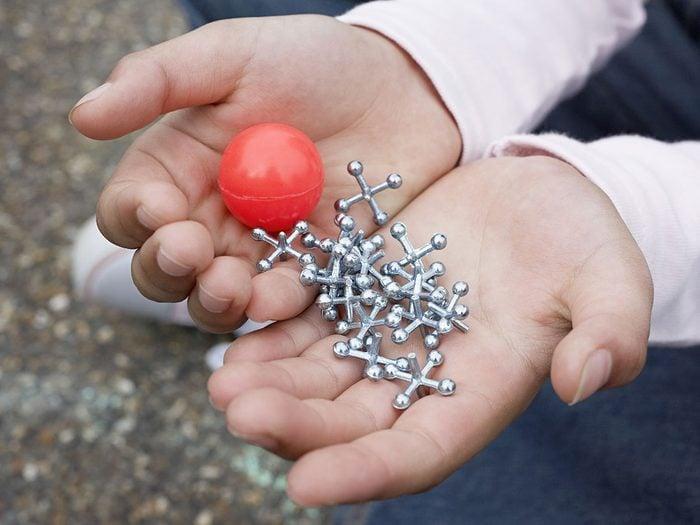 Le jeu des osselets fait partie des meilleurs jeux de plein air pour divertir les enfants tout l'été.
