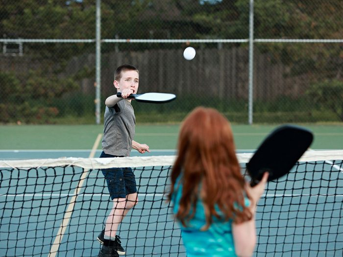 Le tennis léger (Pickleball) fait partie des meilleurs jeux de plein air pour divertir les enfants tout l'été.