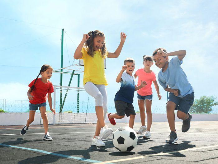 Les jeux sportifs de plein air font partie des meilleurs jeux de plein air pour divertir les enfants tout l'été.