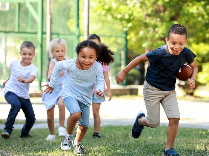 Le Football américain fait partie des meilleurs jeux de plein air pour divertir les enfants tout l'été.