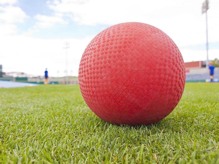 Le Kickball fait partie des meilleurs jeux de plein air pour divertir les enfants tout l'été.