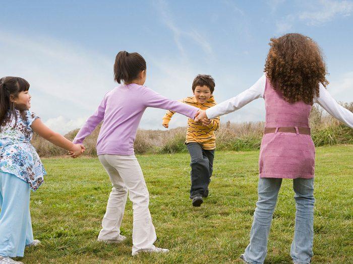 Il court, le furet fait partie des meilleurs jeux de plein air pour divertir les enfants tout l'été.