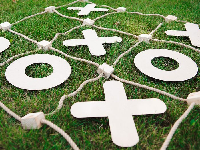 Les jeux de société font partie des meilleurs jeux de plein air pour divertir les enfants tout l'été.