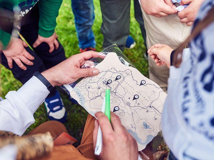 La chasse au trésor fait partie des meilleurs jeux de plein air pour divertir les enfants tout l'été.