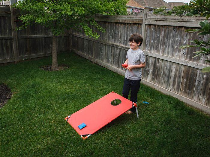 Le jeu de poches fait partie des meilleurs jeux de plein air pour divertir les enfants tout l'été.