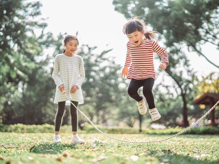 Les meilleurs jeux de plein air pour divertir les enfants tout l'été.