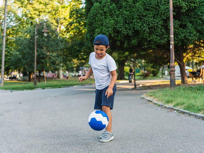 Le Soccer fait partie des meilleurs jeux de plein air pour divertir les enfants tout l'été.