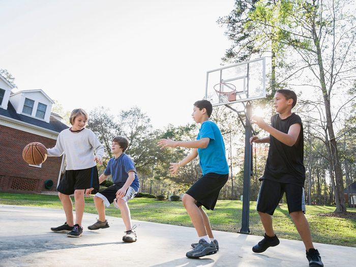 Le Basketball fait partie des meilleurs jeux de plein air pour divertir les enfants tout l'été.