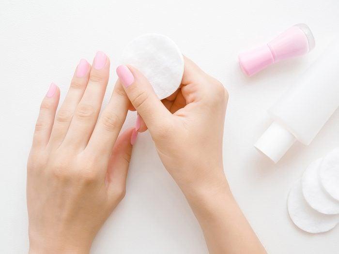Comment préparer les ongles pour une manucure Maison?