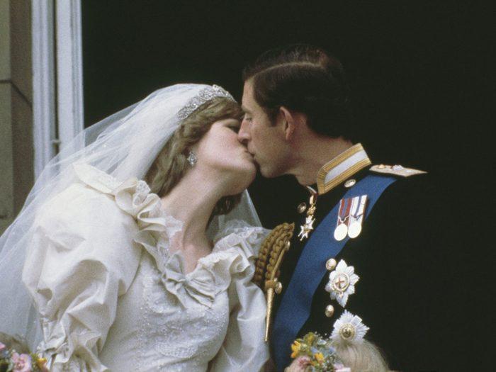Le baiser sur le balcon du mariage de la princesse Diana et du prince Charles.