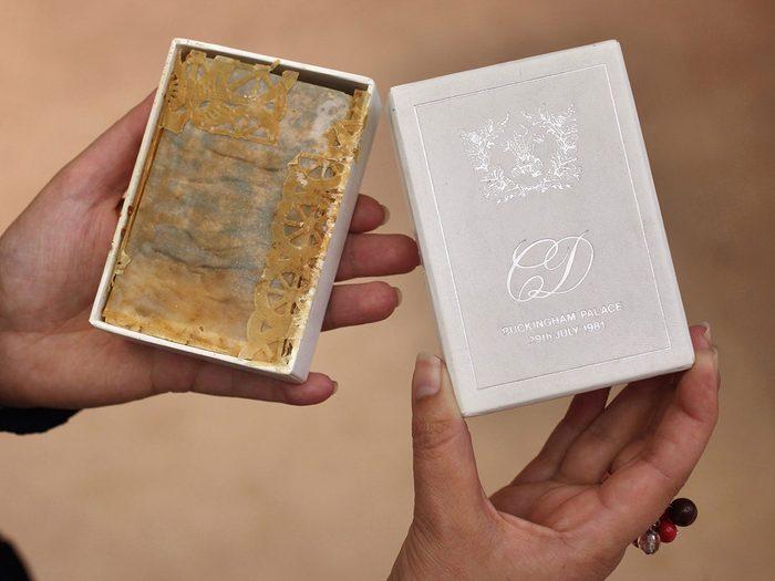 Une chère tranche de gâteau du mariage de la princesse Diana et du prince Charles.