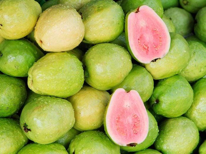 La goyave fait partie des aliments qui améliorent la prise de masse musculaire.