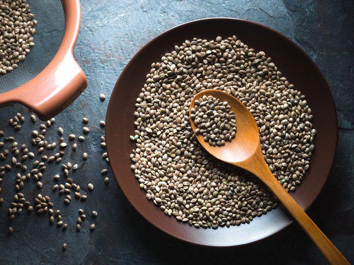 Les graines de chanvre font partie des aliments qui améliorent la prise de masse musculaire.