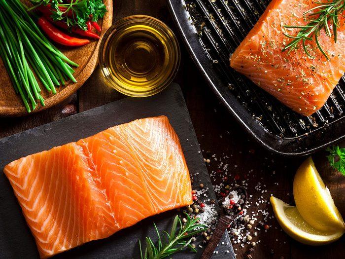 Le saumon fait partie des aliments qui améliorent la prise de masse musculaire.