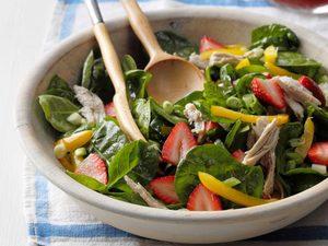 Salade de dinde avec fraises et épinards