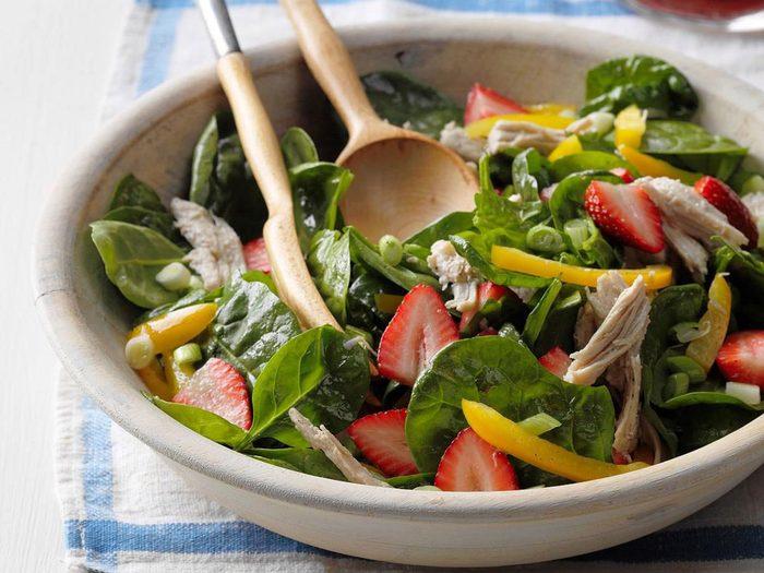 Recette de salade de dinde avec fraises et épinards.
