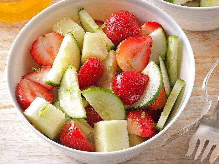 Recette de salade de fraises, concombres et melon miel.