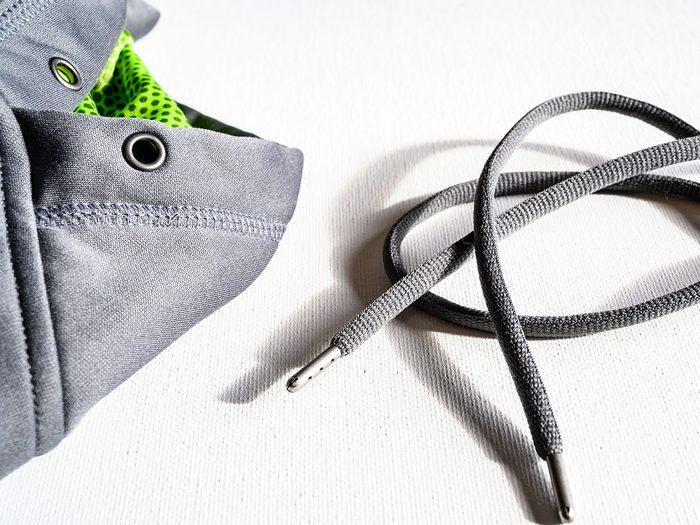 Comment régler le problème de cordon de capuche?