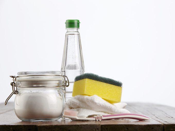 Le bicarbonate de soude et le vinaigre pour le nettoyage.