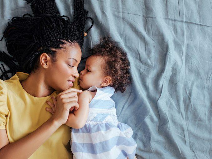 Trois méthodes pour acquérir le sommeil du bébé.