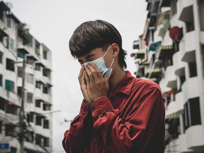 L'apparition de maladies pulmonaires fait partie des dangers de la pollution atmosphérique sur notre santé.