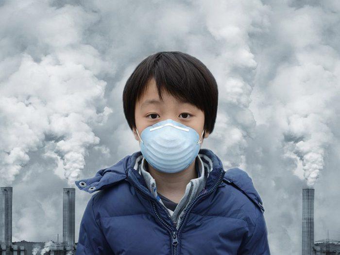 L'autisme qui accroît fait partie des dangers de la pollution atmosphérique sur notre santé.
