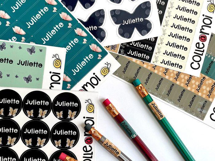 Les étiquettes Colle à moi font partie de nos trouvailles pratiques et utiles à adopter pour la rentrée scolaire.