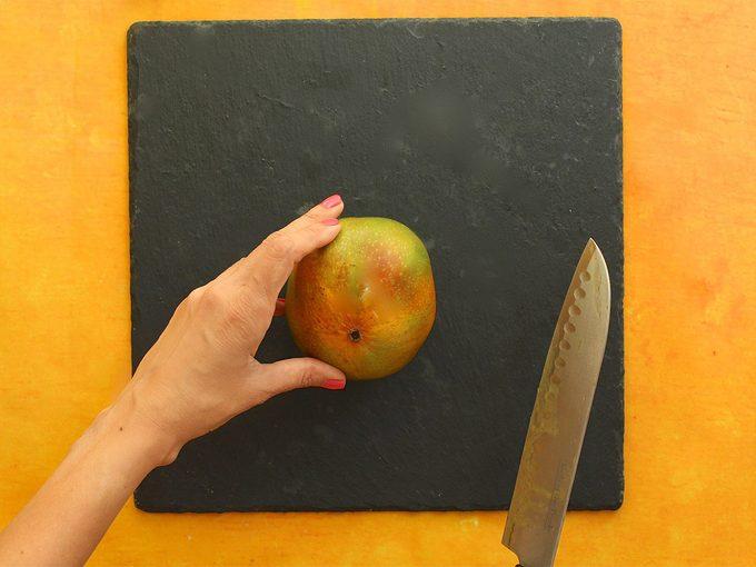 Comment couper une mangue avec un couteau?