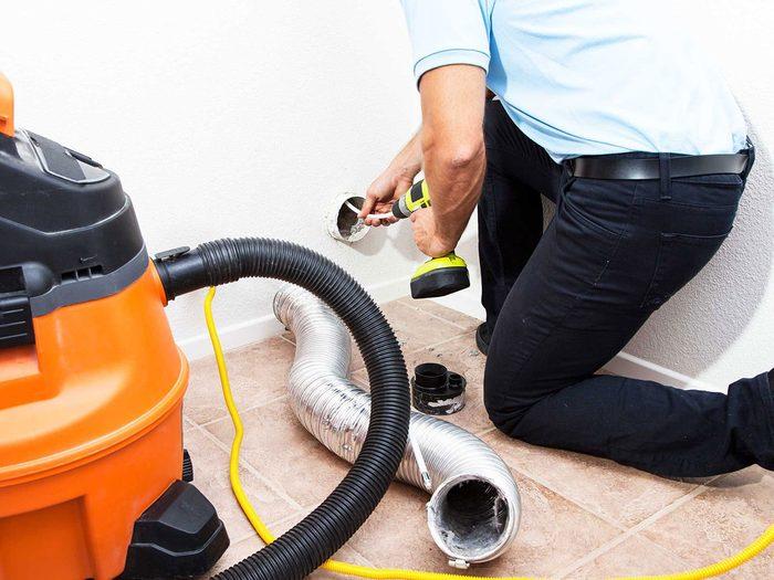 Entretien de la maison: nettoyez le conduit d'évacuation de la sécheuse.